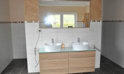 Waschbeckenunterschrank und Spiegelschrank in Kirschbaum Dekor