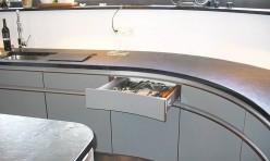 Einbauküche mit runden Fronten