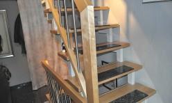 Treppe in Ahorn mit Stahlwangen