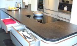 Einbauküche mit Steinarbeitsplatte