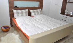 Schlafzimmermöbel in Nussbaum furniert und Weißlack