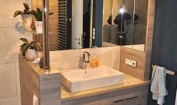 Waschbeckenschrank mit brüstungshohen Raumteiler