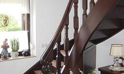 Treppe mit Setzstufen in Eiche dunkel gebeizt