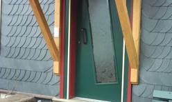 Haustür mit Vordach