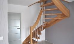 halbgewendelte Treppe freitragend in Eiche