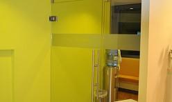 Glastrennwand zum Wartebereich