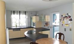 inbauküche in Ahorn furniert und Glaskeramikarbeitsplatte
