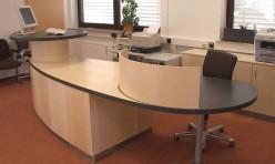 Schreibtisch mit Sichtschutz
