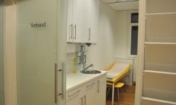 Glasschiebetür vor Patientenzimmer