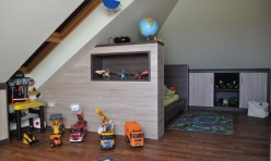 Kinderzimmer in Eiche-Dekor