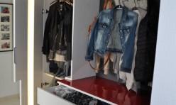 Garderobe mit indirekter Beleuchtung